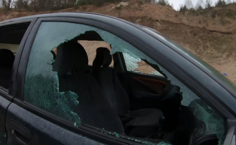 Wybijanie szyb w samochodzie