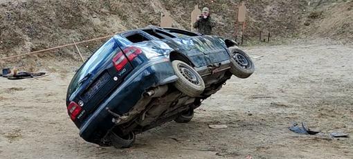 Opuszczanie pojazdu po dachowaniu